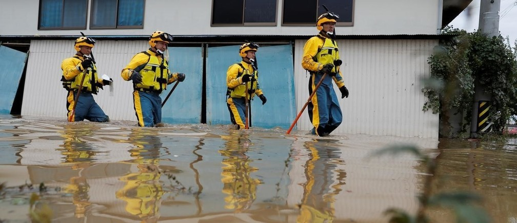 11月29日、超低金利環境の長期化と人口減少、AI化の流れで収益環境が悪化している日本の大手銀や地銀にとって、温暖化という力は、対応を誤れば、経営の致命傷にもなりかねない。写真は台風19号で千曲川が氾濫した長野市で捜索活動をする警察。10月14日撮影