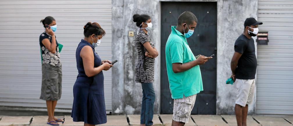 Distanciamiento social en una fila para entrar al supermercado durante la cuarentena dictada por el gobierno en Colombo, Sri Lanka.