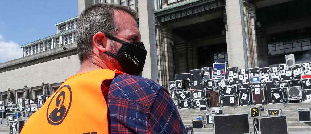 A demonstrator wearing a face mask takes part in a protest of technicians and engineers working in the entertainment sector, urging the Belgian government to help the sector suffering from the lockdown during the coronavirus disease (COVID-19) outbreak, in Brussels, Belgium  June 18, 2020. REUTERS/Yves Herman - RC2NBH92EVSO
