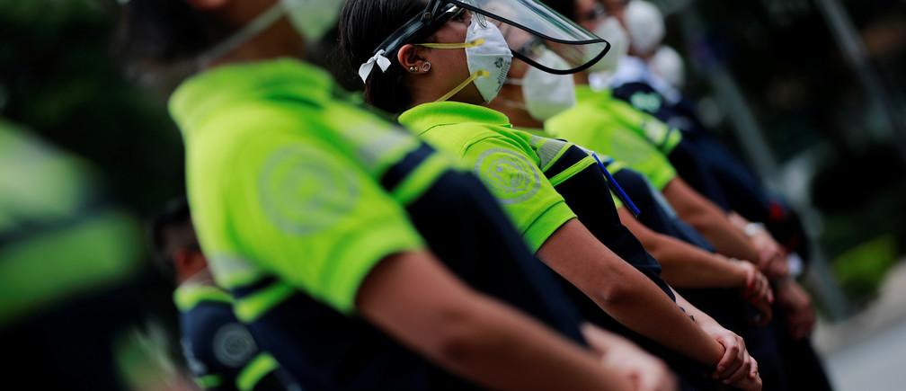 Los paramédicos participan en una marcha en honor a sus colegas que han muerto por la enfermedad coronavirus (COVID-19), en el monumento del Ángel de la Independencia en la Ciudad de México, México 30 de mayo de 2020.