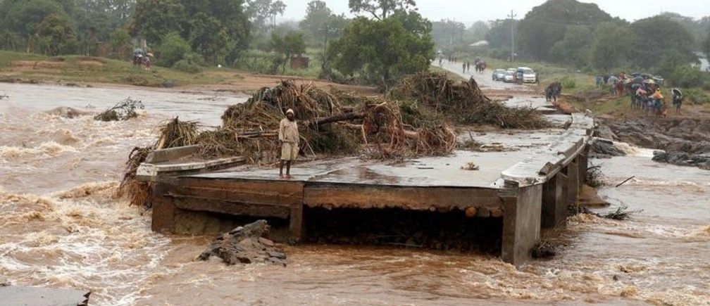 A man looks at a washed away bridge along Umvumvu river following Cyclone Idai in Chimanimani, Zimbabwe March 18, 2019. REUTERS/Philimon Bulawayo  TPX IMAGES OF THE DAY - RC127496EFE0