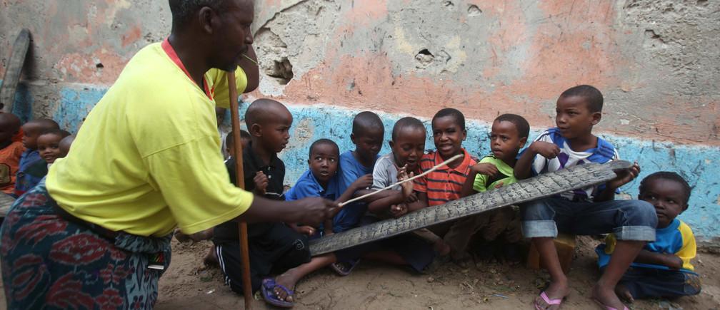 Macalin Gaabow, a Koran teacher, listens as his students recite their lesson at the Gaabow Islamic school, also known as a madrassa, during the holy month of Ramadan in Somalia's capital Mogadishu August 1, 2013. REUTERS/Ismail Taxta (SOMALIA - Tags: SOCIETY RELIGION) - GM1E9811K5I01