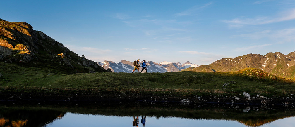 A couple hikes during sunrise on Kreuzjoch mountain in the Zillertal Alps in Schwendau, Austria July 11, 2016.  REUTERS/ Dominic Ebenbichler  - D1BETOYPXEAB