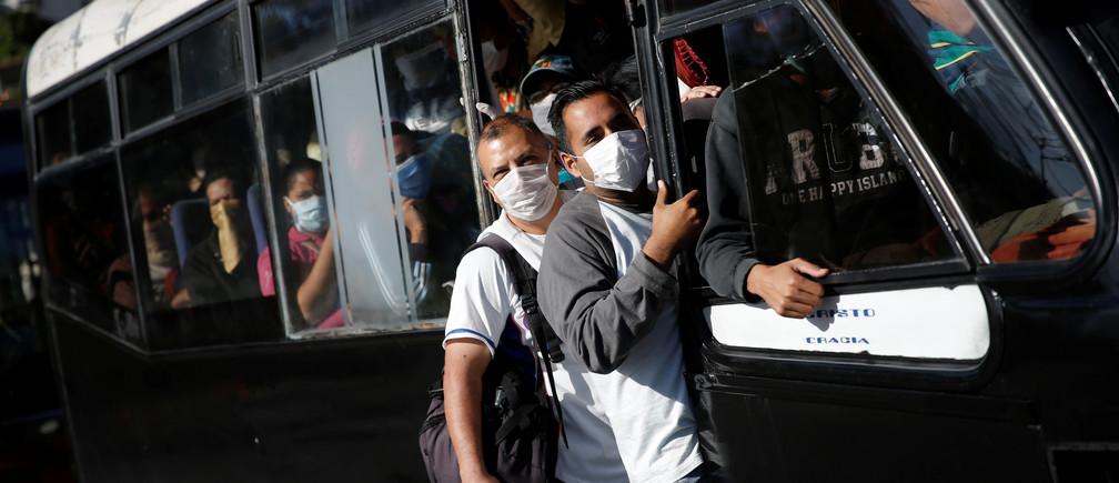 Un autobús atestado de gente con máscaras protectoras pasa por un puesto de control después del comienzo de la cuarentena en respuesta a la propagación de la enfermedad coronavirus (COVID-19) en Caracas, Venezuela, el 16 de marzo de 2020.