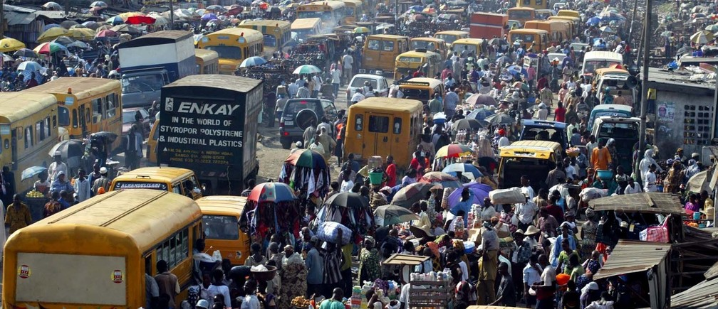Thousands of Nigerian traders and shoppers throng an outdoor market inOshodi road in Lagos April 18, 2003. President Olusegun Obasanjo waitedon Tuesday to be formally declared the runaway winner of a Nigerianpresidential election marred by charges of brazen vote-rigging. Picturetaken April 18, 2003. REUTERS/Juda NgwenyaWS - RTRM79W