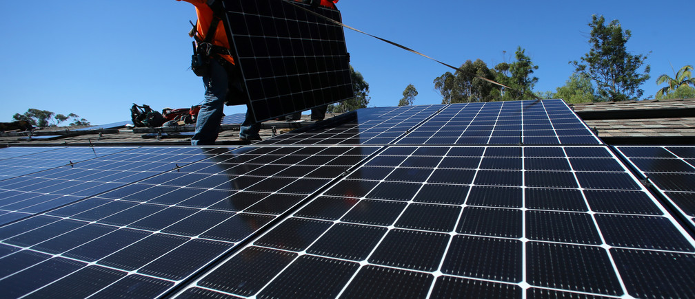 Solar installers from Baker Electric place solar panels on the roof of a residential home in Scripps Ranch, San Diego, California, U.S. October 14, 2016. Picture taken October 14, 2016.       REUTERS/Mike Blake - S1AEUJDNMIAA