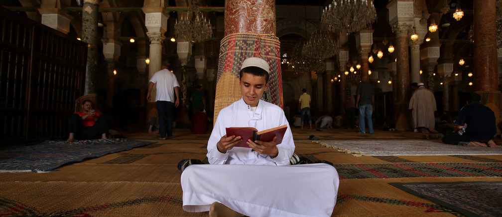 Muslim men read the Koran inside Zitouna mosque during the holy fasting month of Ramadan in Tunis, Tunisia, June 15, 2016. REUTERS/Zoubeir Souissi  TPX IMAGES OF THE DAY      - RTX2GG7R