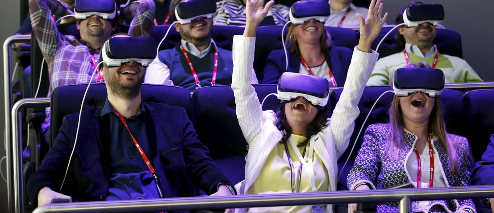 People test Samsung Gear VR glasses at their stand during the Mobile World Congress in Barcelona, Spain February 23, 2016. REUTERS/Albert Gea      TPX IMAGES OF THE DAY      - GF10000320102