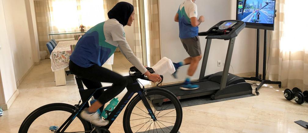 En todo el mundo, la gente ha tenido que trasladar sus regímenes de ejercicios al interior.
