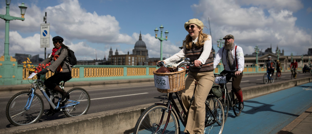 Participants cycle across Southwark Bridge as they take part in the annual Tweed Run across London, Britain May 4, 2019. REUTERS/Simon Dawson - RC1943FB27E0