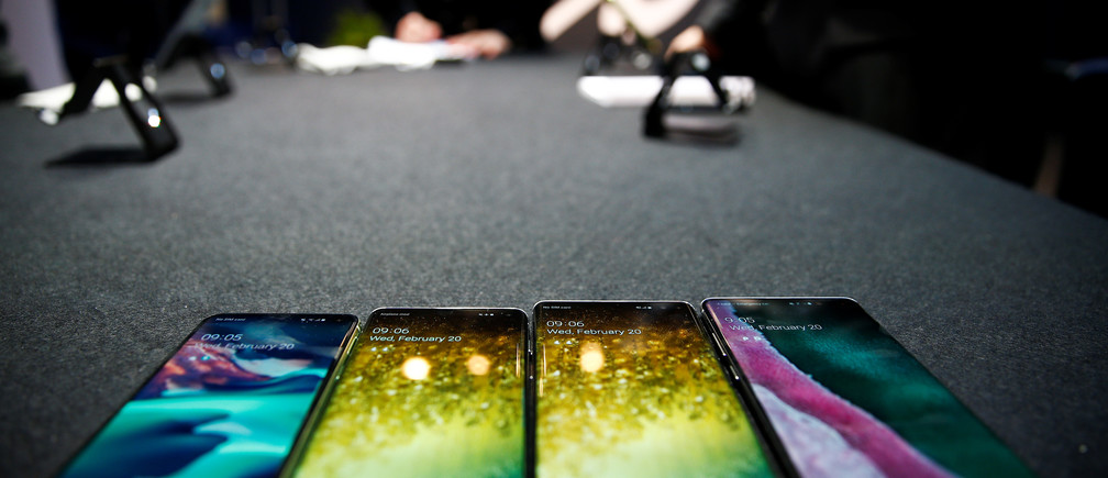 The new Samsung Galaxy S10e, S10, S10+ and the Samsung Galaxy S10 5G smartphones at a press event in London, Britain February 20, 2019. REUTERS/Henry Nicholls - RC13FE3FD080