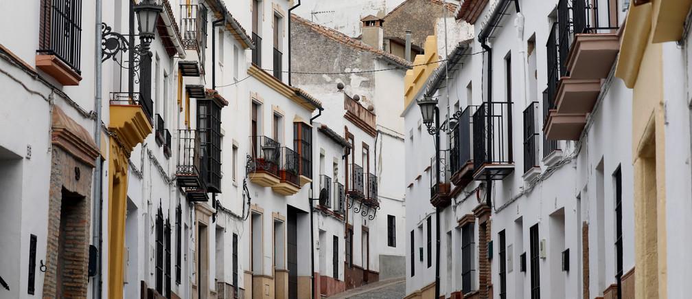 Las casas y una calle vacía se ven bajo cierre parcial como parte de un estado de emergencia de 15 días para combatir el brote de coronavirus en el centro de Ronda, al sur de España, el 15 de marzo de 2020.