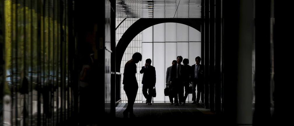Businessmen walk at an office building in Tokyo June 18, 2015.   REUTERS/Toru Hanai - GF10000131564