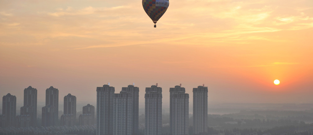 A hot air balloon flies over residential buildings in Wuqing District of Tianjin, China July 11, 2017. Picture taken July 11, 2017. REUTERS/Stringer TPX IMAGES OF THE DAY. ATTENTION EDITORS - THIS IMAGE WAS PROVIDED BY A THIRD PARTY. CHINA OUT. NO COMMERCIAL OR EDITORIAL SALES IN CHINA. - RTX3BJNT
