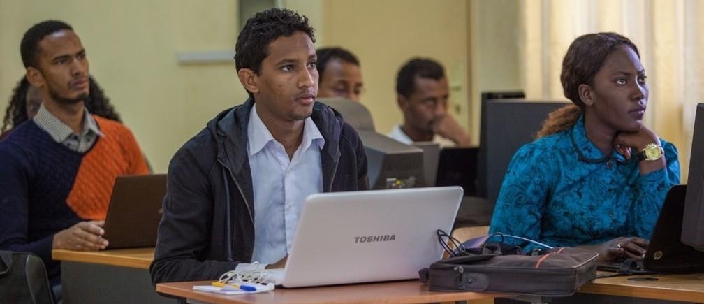 セネガルのサンルイ市にあるガストン・ベルジェ大学(UGB)にて、コンピューターサイエンス修士課程で学ぶ大学院生。写真: © Sarah Farhat/ 世界銀行