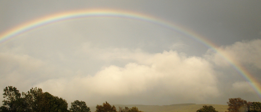 A rainbow arches near Swansea in south Wales September 16, 2011. REUTERS/Phil Noble (BRITAIN - Tags: ENVIRONMENT) - GM1E79H0EO901