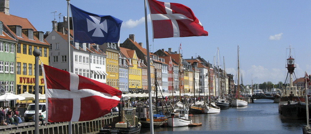 The Nyhavn canal, part of the Copenhagen, Denmark, Harbor and home to many bars and restaurants, is seen in this August 11, 2008 file photo.    REUTERS/Teis Hald Jensen/Files - GF10000379708