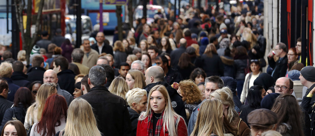 Shoppers throng Oxford street during the final weekend of shopping before Christmas in London December 20, 2014.  REUTERS/Luke MacGregor  (BRITAIN - Tags: BUSINESS SOCIETY) - RTR4ISA4