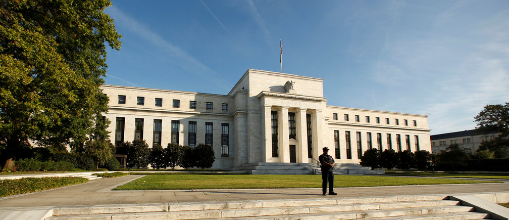A police officer keeps watch in front of the U.S. Federal Reserve in Washington October 12, 2016. REUTERS/Kevin Lamarque - RTSRYC6