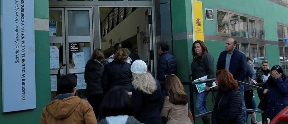 People enter a government-run job centre in Malaga, southern Spain January 3, 2018. REUTERS/Jon Nazca - RC1808448C00