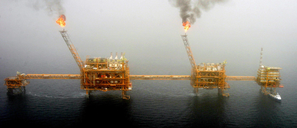 Gas flares from an oil production platform at the Soroush oil fields in the Persian Gulf, south of the capital Tehran, July 25, 2005.  REUTERS/Raheb Homavandi/File Photo   - S1BEUBPCZOAA