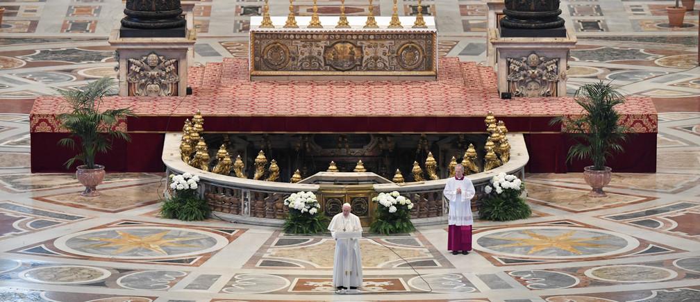"""El Papa Francisco lee su mensaje """"Urbi et Orbi"""" (""""A la ciudad y al mundo"""") en la Basílica de San Pedro sin participación del público debido a un brote de la enfermedad coronavirus (COVID-19) el domingo de Pascua en el Vaticano, 12 de abril de 2020"""