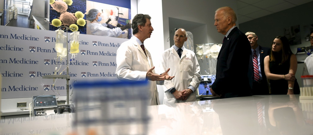 (L-R) Dr. Bruce Levine and Dr. Carl June, speak with Vice President Joe Biden during a tour at the University of Pennsylvania, Perelman School of Medicine and Abramson Cancer Center in Philadelphia, Pennsylvania January 15, 2016.  During the State of the Union address Tuesday, President Obama tasked Biden to spearhead an initiative to cure cancer.  REUTERS/Mark Makela - RTX22LTB