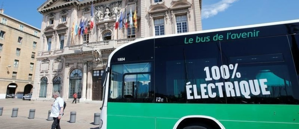 The first bus service entirely on electricity drives in front of the town hall during its inauguration by the Board of Marseille Transport (RTM) in Marseille, France, June 6, 2016.  REUTERS/Jean-Paul Pelissier  - D1AETIICPCAB