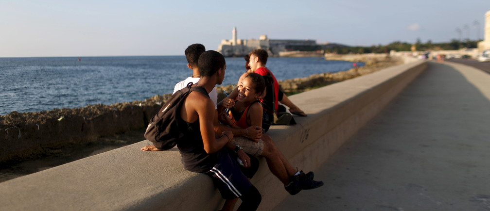 Pantomime artist Sheila Marrupe, 15, (C), relaxes with friends at the seafront Malecon in Havana, May 21, 2015. REUTERS/Alexandre Meneghini - GF10000182541