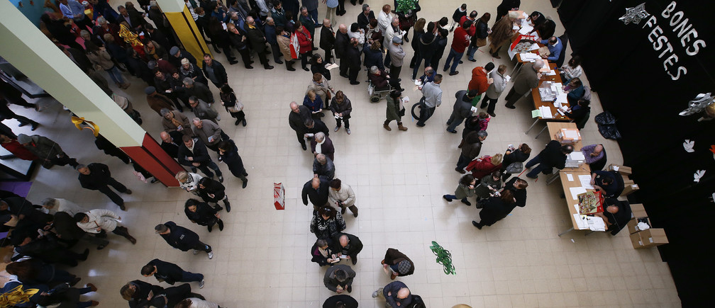 Voters queue at a polling station during voting in Spain's general election in Barcelona, Spain, December 20, 2015.  REUTERS/Albert Gea  - LR1EBCK11QY50
