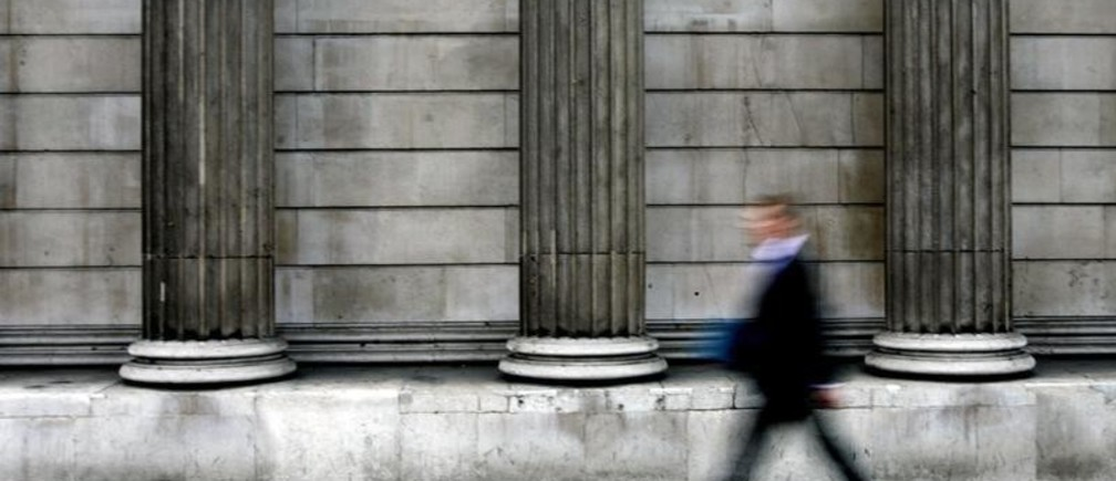 A man walks past the Bank of England in London October 6, 2005. The Bank of England left interest rates unchanged at 4.5 percent on Thursday, but analysts are hotly debating when and what the central bank's next move will be. REUTERS/Russell Boyce - RP2DSFHDGUAB