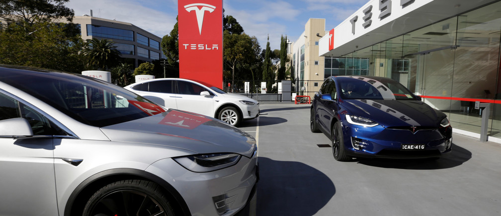 A Tesla Model X vehicle is taken for a test drive at a Tesla electric car dealership in Sydney, Australia, May 31, 2017.  REUTERS/Jason Reed - RC120BBF07D0