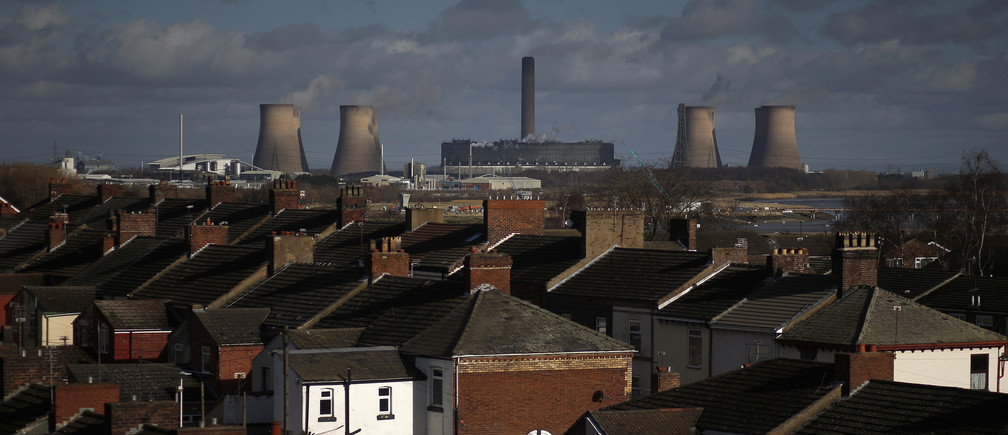 Fiddlers Ferry coal fired power station is seen as it rises above the rooftops of houses in Widnes in northern England, Britain February 3, 2016. Scottish and Southern Energy who run the power station are considering its closure, local media reported. REUTERS/Phil Noble    - LR1EC231345C6