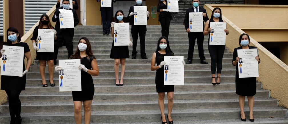 Des étudiants posent pour une photo de fin d'études après avoir obtenu leur titre de docteur à l'Université nationale du Salvador (UES). La cérémonie de remise des diplômes a été suspendue pendant une quarantaine dans tout le pays, alors que le gouvernement prend des mesures toujours plus strictes pour prévenir la propagation de la maladie à coronavirus (COVID-19), à San Salvador, El Salvador, le 6 avril 2020.