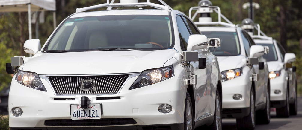 A line of Lexus SUVs equipped with Google self-driving sensors await test riders during a media preview of Google's prototype autonomous vehicles in Mountain View, California September 29, 2015.  REUTERS/Elijah Nouvelage - RTS2BZQ