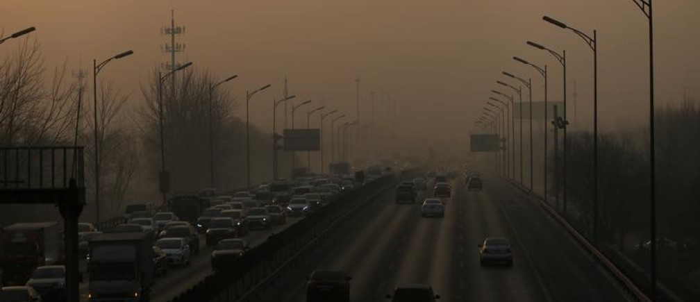 Vehicles drive on the 5th Ring Road in smog during morning rush hour on the fourth day after a red alert was issued for heavy air pollution in Beijing, China, December 19, 2016. REUTERS/Jason Lee - RC1AD2A5F720