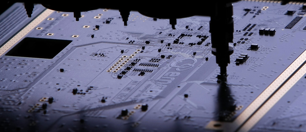 A high speed robot places components on to a circuit board at the the VAS manufacturing facility in San Diego, California April 14, 2009. REUTERS/Mike Blake  (UNITED STATES SCI TECH) - GM1E54F0PGH01