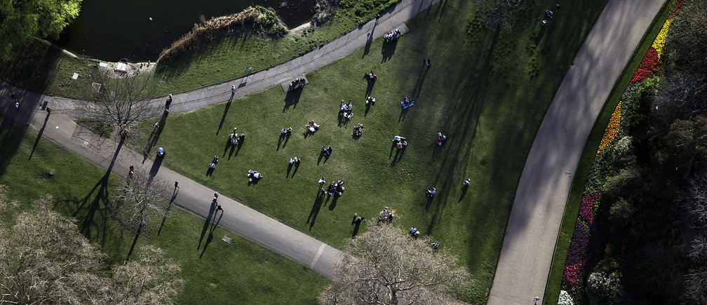 An aerial view shows people sitting in a Park in London March 27, 2012. REUTERS/Stefan Wermuth (BRITAIN) - LM2E83S1C5T01