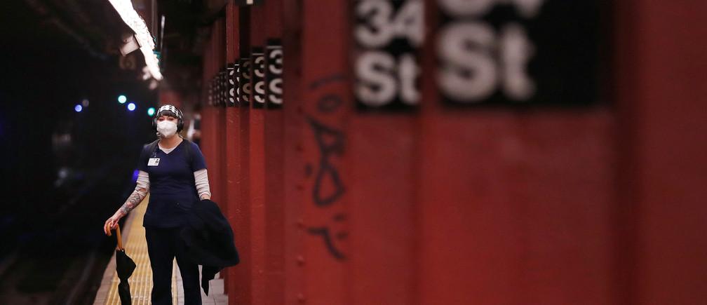 Una mujer usa una máscara mientras espera para viajar en el metro de la ciudad de Nueva York mientras el brote de la enfermedad coronavirus (COVID-19) continúa en el distrito de Manhattan de Nueva York, EE.UU., 30 de abril de 2020.