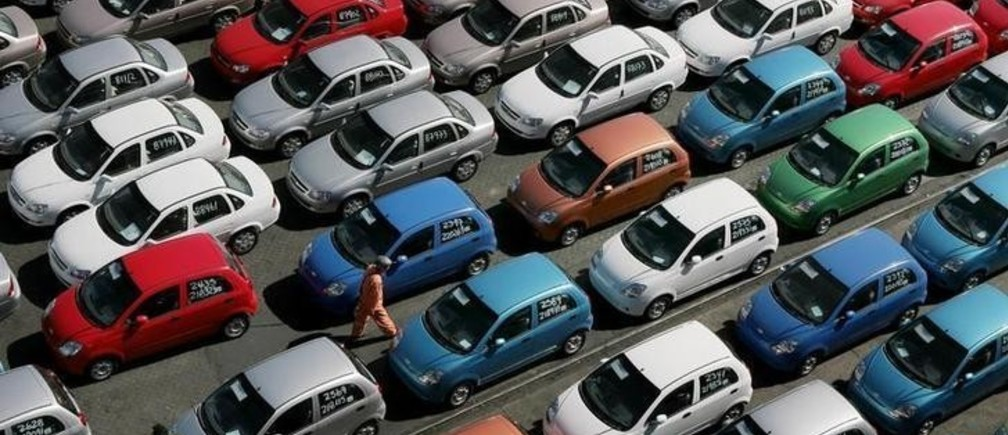 Cars from China arrive at the Valparaiso port 85 miles (137km) northwest of Santiago, Chile August 31, 2006. Chile and China signed a free trade agreement in November 2005 making it the first free agreement China signed with a Latin American country.    REUTERS/Eliseo Fernandez(CHILE)