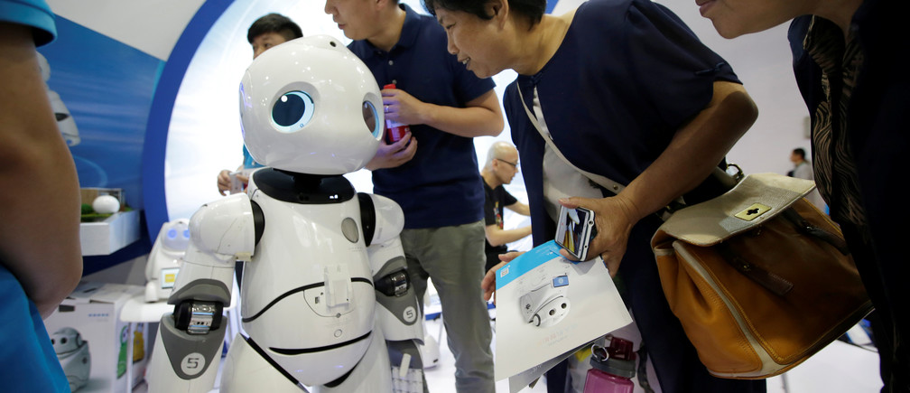 Visitors speak to a robot by Canbot at China Beijing International High-tech Expo in Beijing, China June 8, 2017. REUTERS/Jason Lee - RTX39KIO