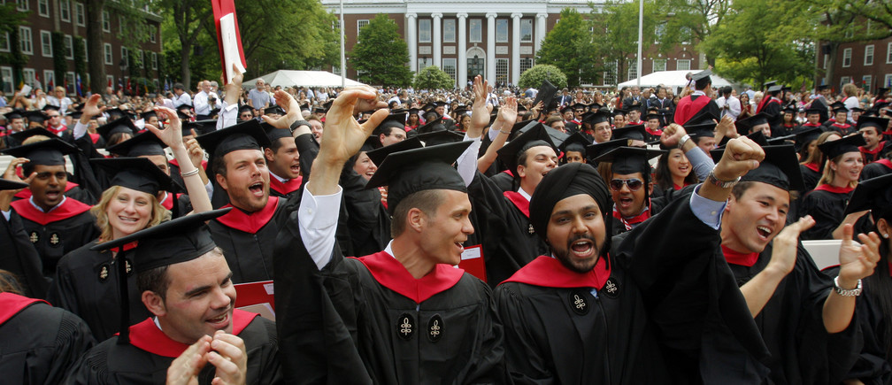 Harvard Business School students cheer during their graduation ceremonies in Boston, Massachusetts following Harvard University's 358th Commencement June 4, 2009.  REUTERS/Brian Snyder   (UNITED STATES EDUCATION) - RTR24AAY