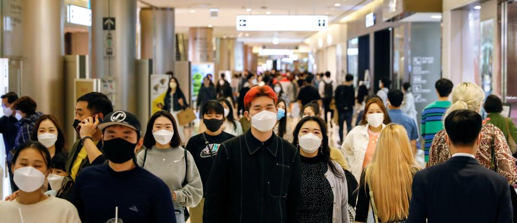 La gente usa máscaras para evitar la propagación de la enfermedad del coronavirus (COVID-19) en unos grandes almacenes de Seúl, Corea del Sur, el 30 de abril de 2020.