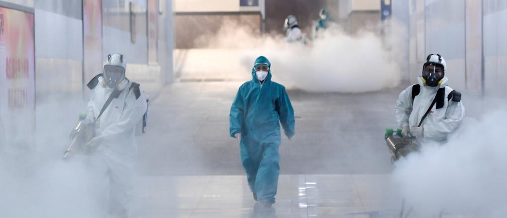 Los voluntarios desinfectan una estación en China.