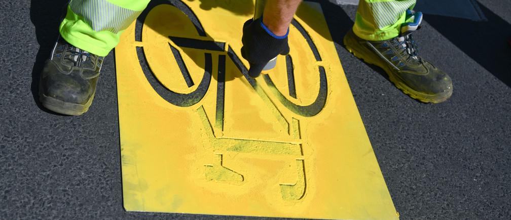 Un trabajador del distrito de Friedrichshain-Kreuzberg construye carriles bici temporales debido a la disminución del tráfico de automóviles, mientras continúa la propagación de la enfermedad coronavirus (COVID-19) en Berlín, Alemania, el 9 de abril de 2020.