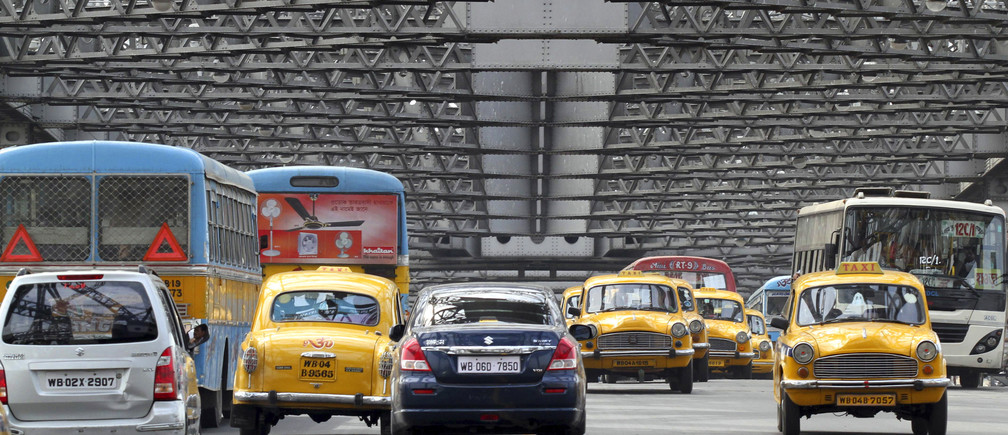 Traffic moves across Howrah Bridge in Kolkata April 8, 2011. Higher input costs and interest rates are seen crimping demand for cars in India, the second-fastest growing auto market in the world after China, with sales growth expected to more than halve in this fiscal year to 12-15 percent from the peaks scaled a year earlier. REUTERS/Rupak De Chowdhuri (INDIA - Tags: TRANSPORT BUSINESS) - GM1E7481E7002