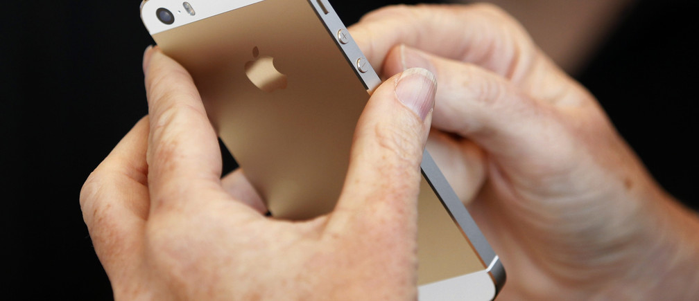 The gold colored version of the new iPhone 5S is seen after Apple Inc's media event in Cupertino, California September 10, 2013. REUTERS/Stephen Lam (UNITED STATES  - Tags: BUSINESS SCIENCE TECHNOLOGY BUSINESS TELECOMS)   - TB3E99A1J4PBE