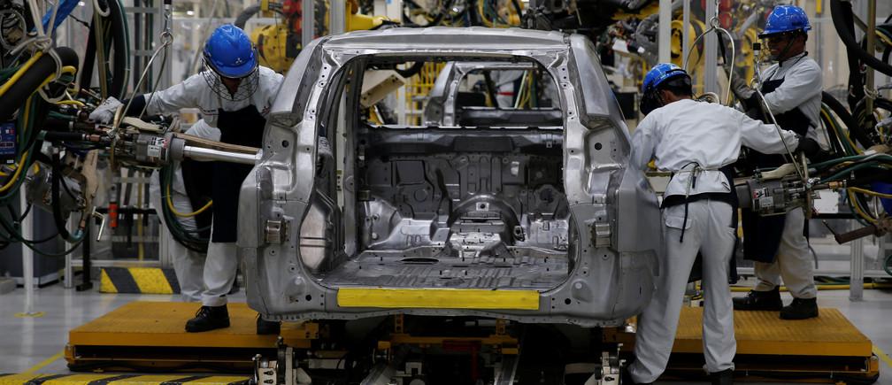 Workers are seen assembling a Mitsubishi Pajero at the Mitsubishi car factory in Bekasi, West Java province, Indonesia April 25, 2017. REUTERS/Beawiharta - RTS13SDR