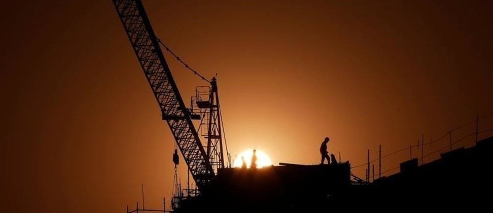 Labourers work at the construction site of a residential complex in New Delhi, India, December 11, 2016. Picture taken December 11, 2016.  REUTERS/Adnan Abidi - RC1C042F8DB0