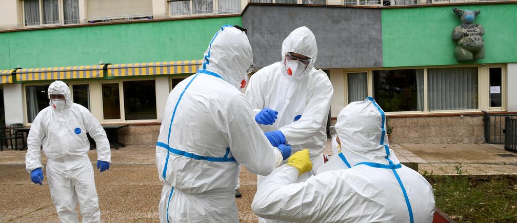 Trabajadores sanitarios se preparan para limpiar el hogar de ancianos donde una mujer murió y varios residentes y cuidadores han sido diagnosticados con la enfermedad coronavirus (COVID-19) en Grado, Asturias, España 20 de marzo de 2020.